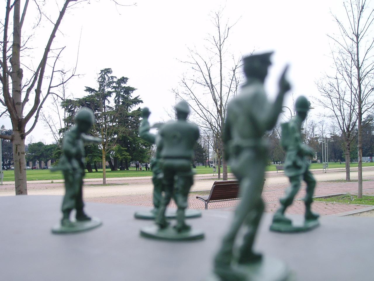 fake militarizzazione di campo marzo a vicenza pirate lavori soldatini incollati su una fontanella pasqua 2008 pasquetta 2008 no dal molin militare