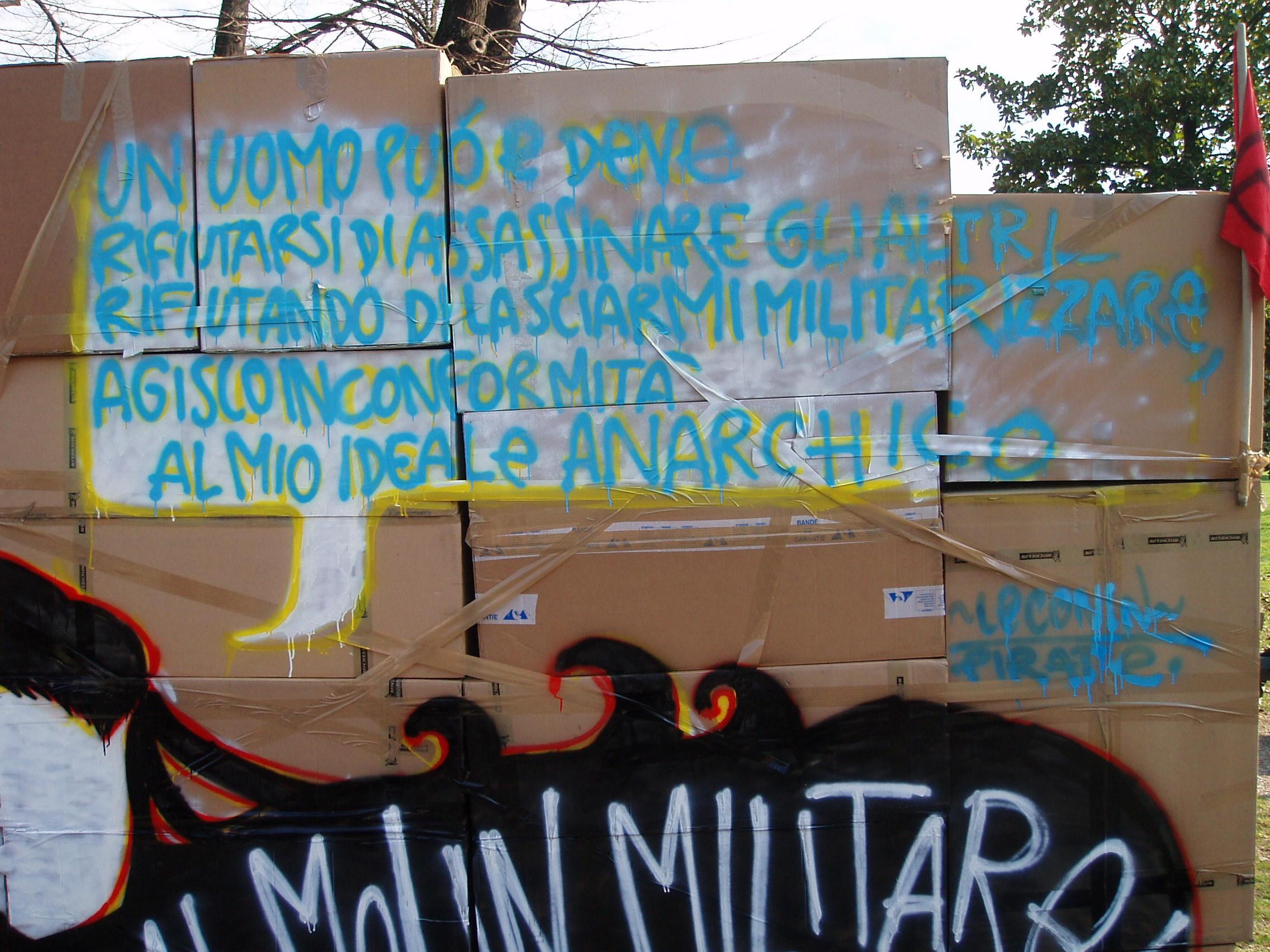 scatole di cartone muri autoprodotti pirate manifestazione 17 febbraio 2007 diciasette febbraio duemilaesette lavoro